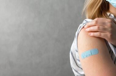 Wszystko, co musisz wiedzieć o trzeciej dawce szczepionki przeciwko COVID-19