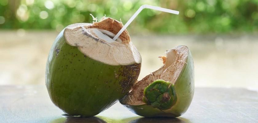 Woda kokosowa – jakie ma zalety? Jak często ją pić? Czy jest naturalnym izotonikiem?