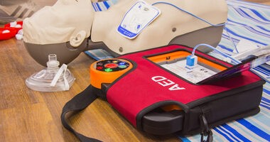Automatyczny defibrylator zewnętrzny (AED) – jak działa? Sprawdź, w jaki sposób go używać