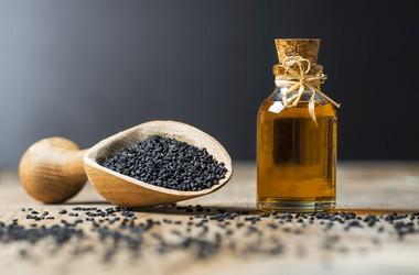 Olej z czarnuszki – na odporność, alergie, astmę, skórę. Poznaj właściwości i zastosowanie czarnuszki siewnej