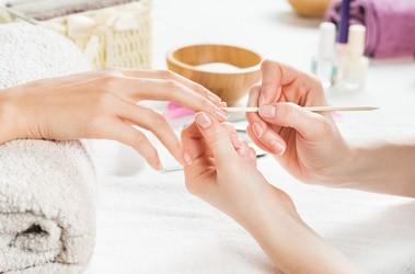 Twarde skórki przy paznokciach - jak je nawilżyć i usunąć?
