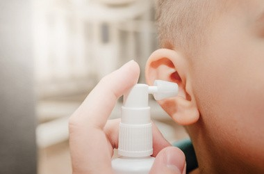 Spray do uszu – jak działa? Jak wybrać najlepszy preparat do czyszczenia uszu?