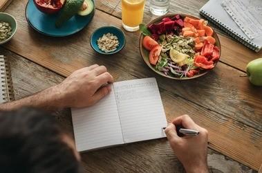 Ortoreksja – na czym polega? Skutki, objawy i leczenie obsesji na punkcie zdrowego żywienia