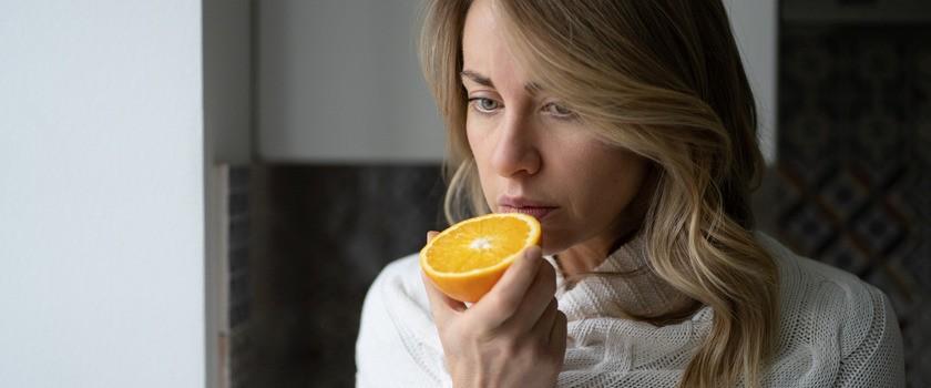 Utrata smaku i węchu w COVID-19 – z czego wynika i jak długo może się utrzymywać?