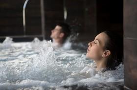 Kąpiel perełkowa – wskazania, przeciwwskazania, efekty lecznicze kąpieli z masażem