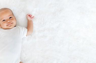 Ulewanie u noworodka i niemowlaka – kiedy powinno zaniepokoić?
