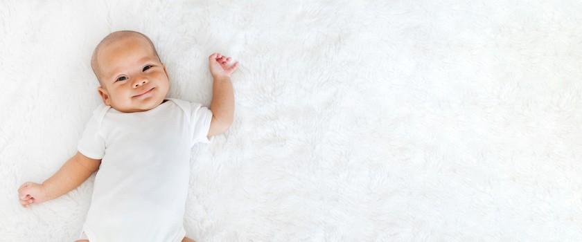 Ulewanie u noworodka i niemowlaka – kiedy powinno zaniepokoić? Sposoby na cofanie się treści żołądkowej do jamy ustnej u dzieci