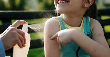 Ukąszenia owadów u dzieci – objawy i pierwsza pomoc. Co stosować na ugryzione miejsca?