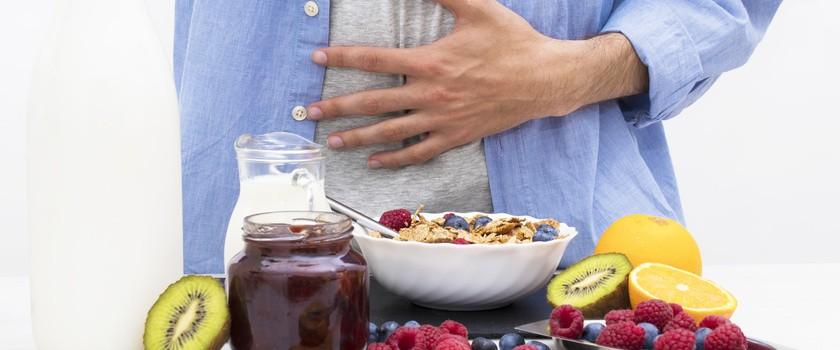 Dieta przy wzdęciach – co warto jeść, aby zmniejszyć wydzielanie gazów w jelitach?