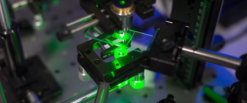 Laserowy mikroskop nowej generacji wykona operację