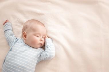 Asymetria ułożeniowa – na czym polega asymetria u niemowlaka? Jak wygląda rehabilitacja i jak długo trwa?