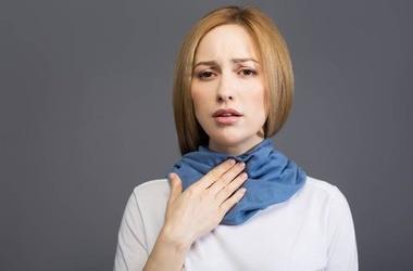 Drapanie w gardle – co oznacza? Przyczyny i domowe sposoby