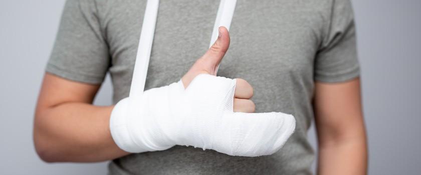 Wybity palec – objawy, leczenie, rehabilitacja wybitego palca u stopy i wybitego palca u ręki
