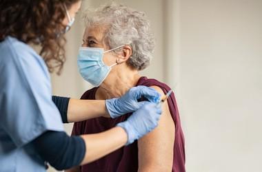 Skutki uboczne szczepionek przeciwko COVID-19. Jakie działania niepożądane pojawiają się najczęściej?