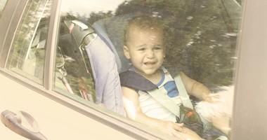 Dziecko w samochodzie w upał