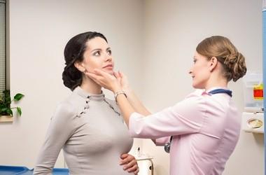 Nadczynność tarczycy – objawy, przyczyny i leczenie