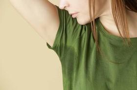 Nadmierne pocenie się (hiperhydroza) – przyczyny i leczenie. Co stosować na nadpotliwość?