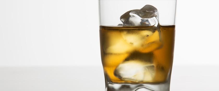 Nadmiar alkoholu szkodzi skórze. Jak zadbać o regenerację?