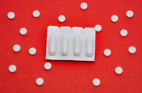 Preparaty bez recepty na infekcje i podrażnienia intymne dla kobiet i mężczyn – który wybrać?
