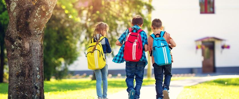 Bóle pleców i zbyt ciężkie plecaki u dzieci niekoniecznie idą w parze