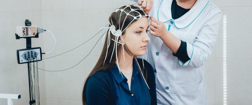 EEG – na czym polega elektroencefalografia? Jakie są wskazania i jak przebiega badanie EEG?