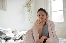 Domowe sposoby na ból gardła – czym je nawilżać, a co najlepiej łagodzi ból?