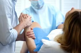 Pęknięcie krocza podczas porodu – czynniki ryzyka, zapobieganie, powikłania. Jak pielęgnować pęknięte krocze po porodzie?