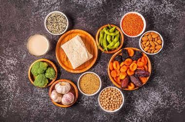 Dieta w menopauzie – jak powinna wyglądać? Co jeść, a czego unikać? Jak schudnąć podczas menopauzy?