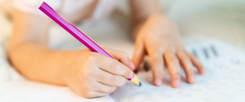 Terapia ręki – na czym polega? Cele, przebieg i efekty terapii ręki u dziecka