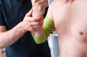Flossing – na czym polega i jak działa terapia z użyciem elastycznej taśmy? Wskazania, przeciwwskazania, flossing w treningu sportowym