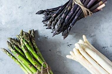 Szparagi – rodzaje, właściwości, zastosowanie, przepisy. Dlaczego warto je jeść?