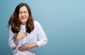 Pieczenie i uczucie palenia w przełyku i gardle – przyczyny i objawy. Co pomaga na palący przełyk?