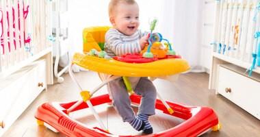 Chodzik dla dziecka – jak wpływa na jego rozwój? Zalety i wady korzystania z chodzika okiem fizjoterapeuty