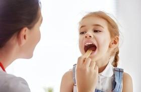 Przerost migdałków, powiększony trzeci migdał – przyczyny, objawy, leczenie
