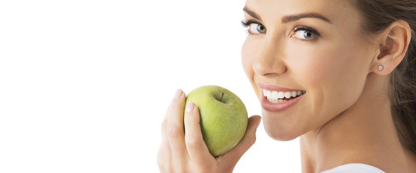 Najlepsza dieta dla białych zębów. Co warto jeść?