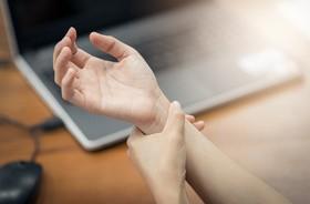 Zespół cieśni nadgarstka – przyczyny, objawy, leczenie, ćwiczenia