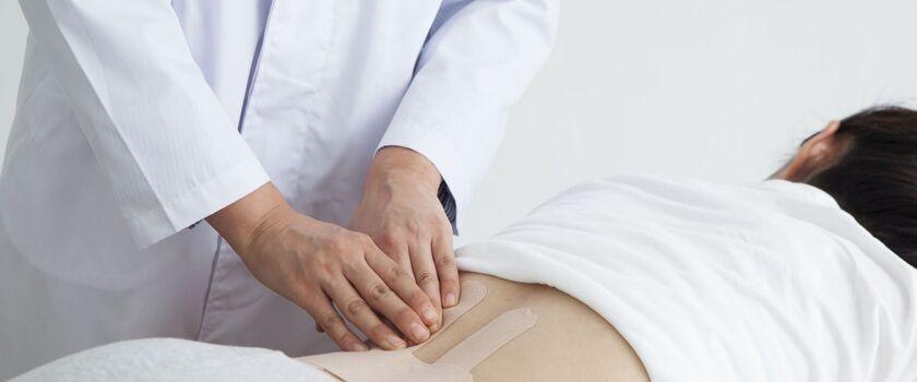 Lumbago – jak leczyć? Przyczyny występowania i ćwiczenia