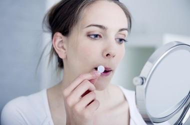 Opryszczka – przyczyny, objawy, leczenie opryszczki wargowej. Tabletki i maści na opryszczkę na ustach bez recepty
