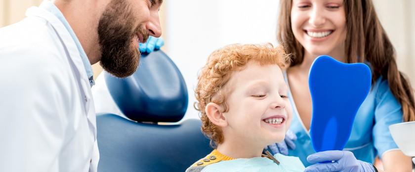 Pierwsza wizyta u dentysty - jak przygotować do niej dziecko i jak powinna wyglądać?