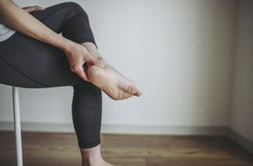 Pięta Haglunda – przyczyny, objawy, diagnostyka, leczenie jałowej martwicy kości piętowej. Fizjoterapia w chorobie Haglunda