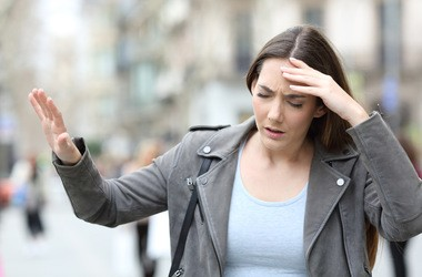 Zaburzenia równowagi – najczęstsze przyczyny, diagnostyka i leczenie zachwiań równowagi