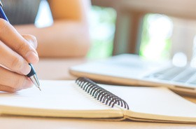 Odręczne notowanie znacznie bardziej aktywizuje mózg niż pisanie na klawiaturze