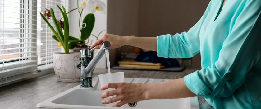 Woda z kranu czy butelkowana? Sprawdź, jaką wodę wybrać!