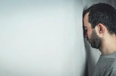 Schizofrenia – objawy. Jakie są rodzaje zaburzeń schizofrenicznych i jak się one objawiają?