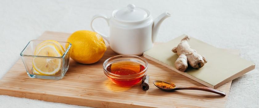 Syrop z cebuli, miód z mniszka? 5 przepisów na domowe preparatyna przeziębienie
