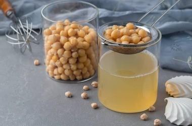 Aquafaba – właściwości i zastosowanie wody po gotowanej ciecierzycy. Przepisy z wykorzystaniem płynu po cieciorce z puszki