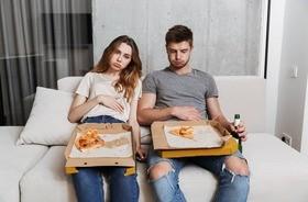 Przejedzenie – jak go uniknąć? Co robić, gdy zjemy za dużo? Objawy przepełnionego żołądka