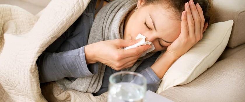 Flegma w gardle i drogach oddechowych – domowe sposoby na spływającą wydzielinę z nosa i zatok