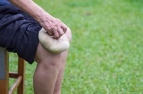 Babcine sposoby na ból kolan – poznaj skuteczne, domowe sposoby na ból kolana