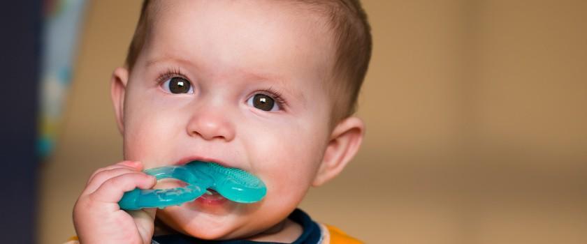 Gorączka przy ząbkowaniu – co robić? Kiedy i jak zbijać temperaturę u ząbkującego dziecka?